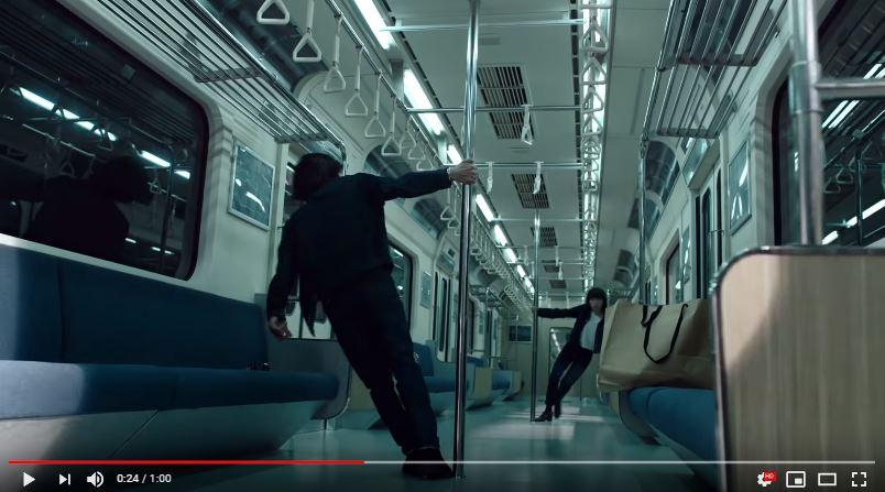 リーバイスの新CMのロケ地の電車の中には棒がある