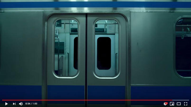 リーバイスの新CMのロケ地の電車は青い線の入った電車